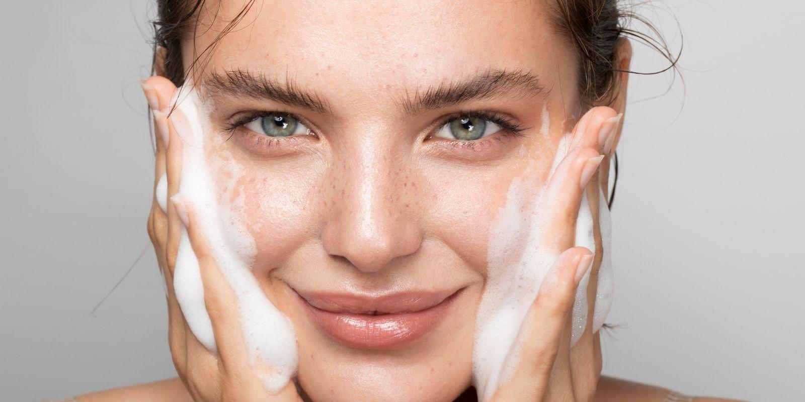 Površinsko čiščenje obraza za zdravo in sijočo kožo